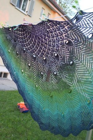 ca. 1420 m Kolibri Kaufanleitung: http://www.ravelry.com/patterns/library/pretty-as-a-peacock-shawl\\n\\n21.08.2016 18:52